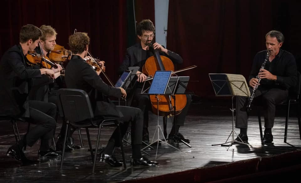 concert quatuor agate on scene playing with other musician