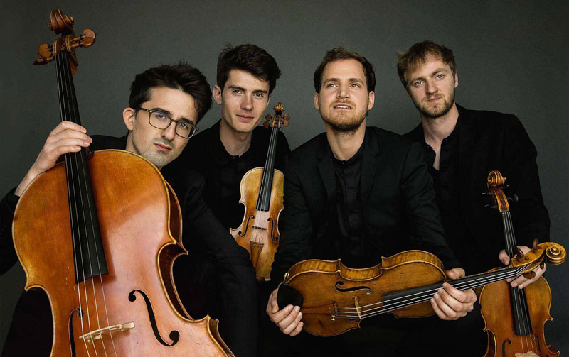 photo-members-of-quatuor-agate-holding-instruments-cello-violin-viola